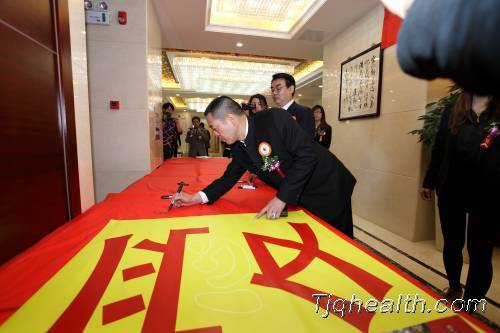 """释延豹董事长在""""愛""""的巨幅上签名"""