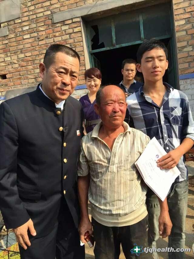 易胜博线上官网权董事长释延豹与受资助学子家庭合影留念