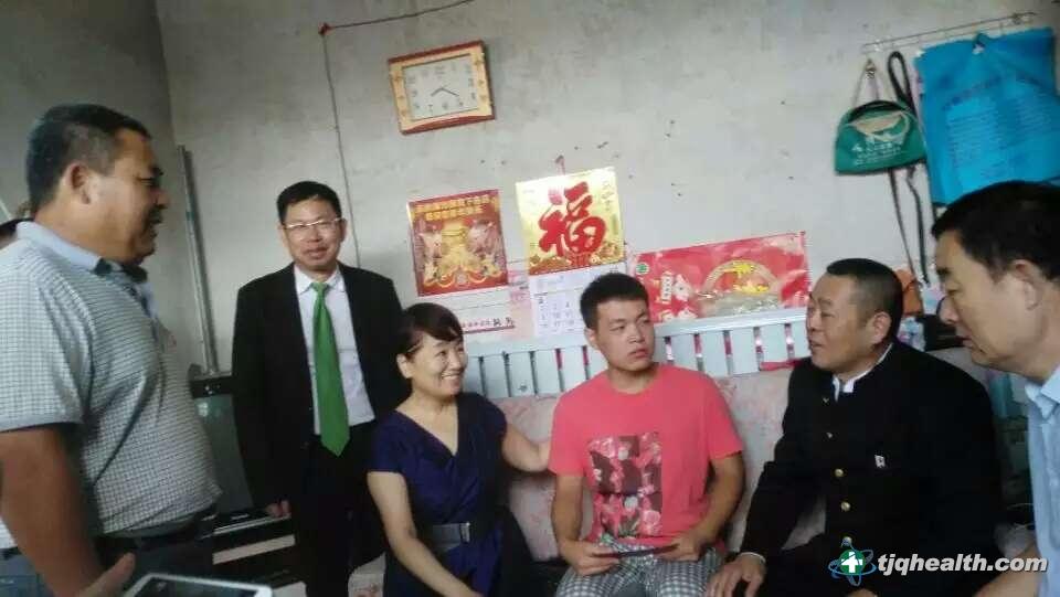 中国国际文化传播中心组织部长左津玲、易胜博线上官网权董事长释延豹与受资助学子亲切交谈