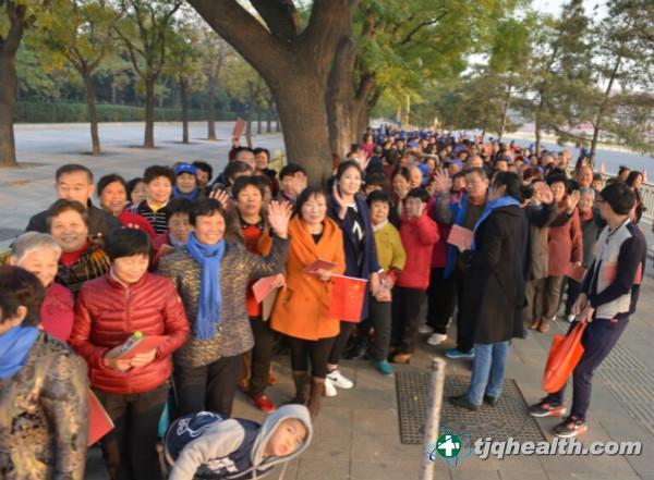 易胜博线上官网权爱心大使排队有序进入人民大会堂