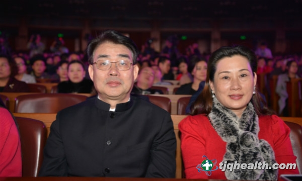 易胜博线上官网权集团董事总经理李玉鹏及夫人廖秋茹出席演唱会